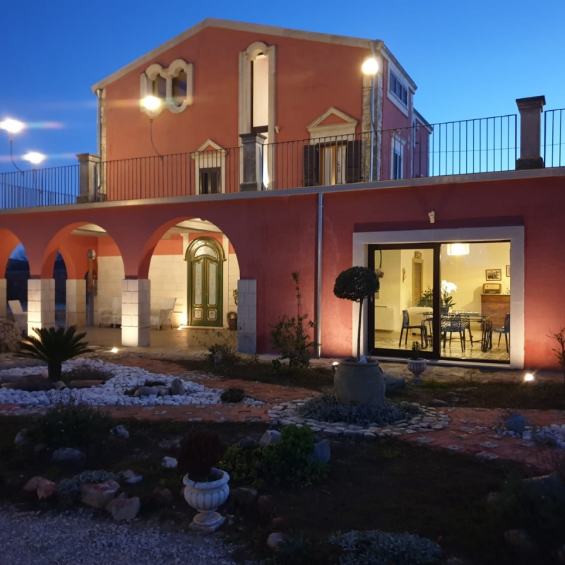 Modica , Via Vanella , una splendida dimora arcivescovile del '700 di 400 mq, con un terrazzo panoramico di 150 mq, una piscina di 80 mq ed un giardino di 4.000 mq.